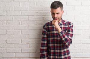Bei dem Verdacht auf eine verschleppte Lungenentzündung sollten Sie schnell zum Arzt.